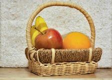 Frutas coloridas en la cesta p2 Foto de archivo libre de regalías