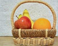 Frutas coloridas en la cesta p1 Fotografía de archivo libre de regalías