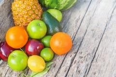 Frutas coloridas en la madera marrón en luz natural Foto de archivo libre de regalías