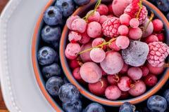 Frutas congeladas del verano en tres diversas placas imagen de archivo
