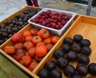 Frutas congeladas en el mercado local foto de archivo