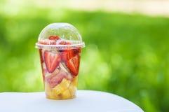 Frutas cortadas en taza Imagenes de archivo