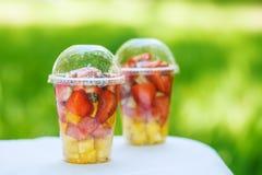 Frutas cortadas en taza Imagen de archivo libre de regalías
