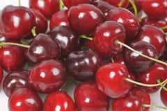 Frutas da cereja com folhas Fotografia de Stock Royalty Free
