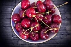 Frutas da cereja no vaso azul Foto de Stock
