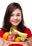 Frutas da terra arrendada da menina foto de stock