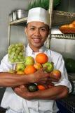Frutas da terra arrendada do cozinheiro chefe Fotos de Stock