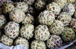 frutas de Azúcar-Apple en el mercado Imagenes de archivo