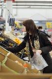 Frutas de compra del cliente Foto de archivo libre de regalías