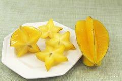 Frutas de estrella cortadas y enteras Imagen de archivo libre de regalías