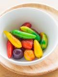 Frutas de imitación deliciosas en la tabla del woodedn Fotos de archivo