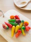 Frutas de imitación deliciosas en la tabla del woodedn Imagen de archivo
