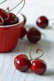 Frutas de la cereza con las hojas foto de archivo
