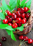 Frutas de la cereza en una cesta Fotos de archivo