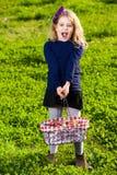 Frutas de la cesta de la comida campestre de la muchacha Fotos de archivo libres de regalías