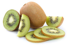 Frutas de la fruta de kiwi cortadas aisladas en blanco Foto de archivo