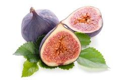 Frutas de la higuera enteras y de la parte con las hojas Imagen de archivo