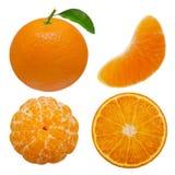 Frutas de la mandarina o de la clementina de la colección y segmentos pelados aislados en el fondo blanco con fotografía de archivo