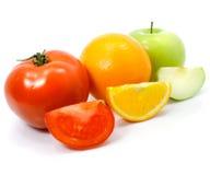 Frutas de la naranja y del tomate de Apple con los cortes aislados Imagen de archivo