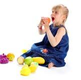 Frutas de la niña y de la falsificación Fotografía de archivo libre de regalías