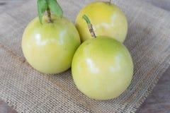 Frutas de la pasión en de madera Fotografía de archivo libre de regalías