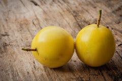 Frutas de la pasión en la madera vieja Foto de archivo