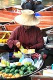 Frutas de la venta de los vendedores Imagenes de archivo