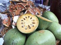 Frutas de los marmelos de Aegle o Bael o bael o membrillo indio de Bengala o naranja amarga de oro del manzana o japonesa o mader Imagen de archivo