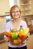 Frutas de oferecimento da mulher sênior Imagens de Stock