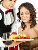 Frutas de ofrecimiento de la camarera al cliente Fotografía de archivo libre de regalías