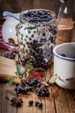 Frutas del chokeberry negro preparadas para procesar fotos de archivo