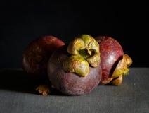 Frutas del mangostán en fondo de madera oscuro fotos de archivo