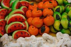 Frutas del mazapán para la venta en panadería imagenes de archivo