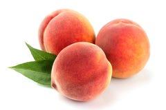 Frutas del melocotón con la hoja aislada imagenes de archivo