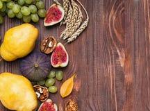 Frutas del otoño en fondo de madera Imagen de archivo