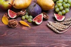 Frutas del otoño en fondo de madera Imagen de archivo libre de regalías