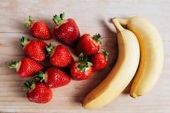Frutas del plátano de la fresa en la tabla de madera Foto de archivo libre de regalías