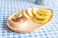 frutas del pudín con el kiwi y la manzana Fotografía de archivo libre de regalías