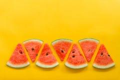 Frutas del verano con la sand?a fresca en fondo amarillo del color foto de archivo