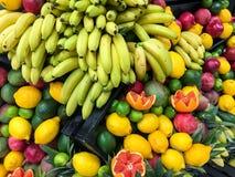 Frutas del verano en mercado de la fruta Fotos de archivo libres de regalías