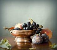 Frutas del verano tardío en un tazón de fuente de cobre Fotos de archivo libres de regalías