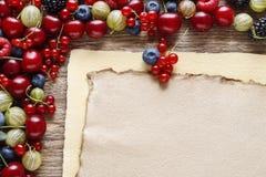 Frutas deliciosas en fondo de madera imagen de archivo