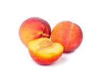Frutas do pêssego isoladas no branco Foto de Stock