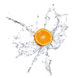 Frutas e água alaranjadas do espirro fotos de stock royalty free