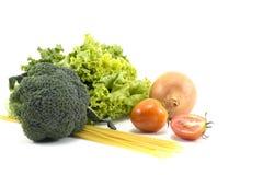 Frutas e legumes, alface, brócolis, cebola, tomates, espaguetes isolados No fundo branco centro saúde Fotos de Stock Royalty Free