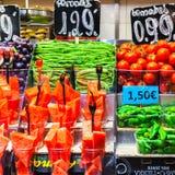 Frutas e legumes coloridas no mercado de Boqueria Barcelona Foto de Stock