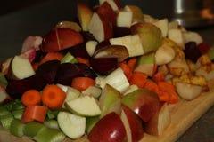 Frutas e legumes cruas cortadas fotografia de stock