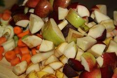 Frutas e legumes cruas cortadas imagens de stock