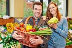 Frutas e legumes de compra dos pares Fotografia de Stock Royalty Free