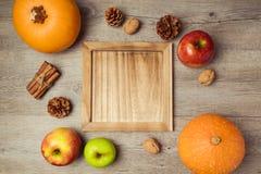 Frutas e legumes do outono com bandeja de madeira Conceito do dia de ação de graças Vista de acima Fotos de Stock Royalty Free
